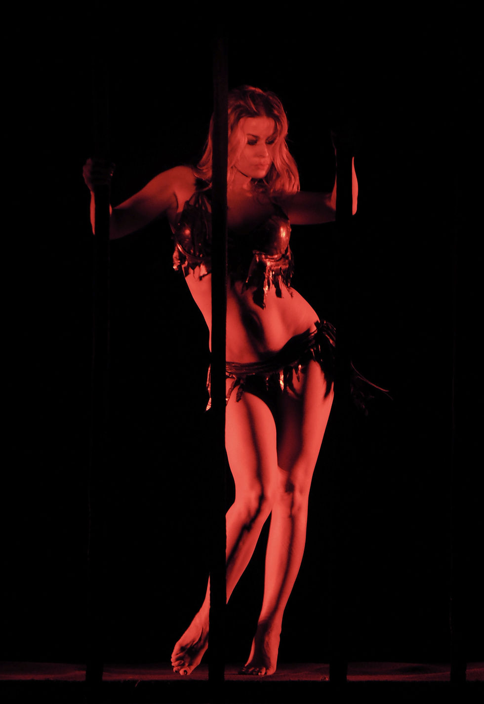 carmen-electra-in-lingerie-performs-in-mgm-grands-crazy-horse-paris-01