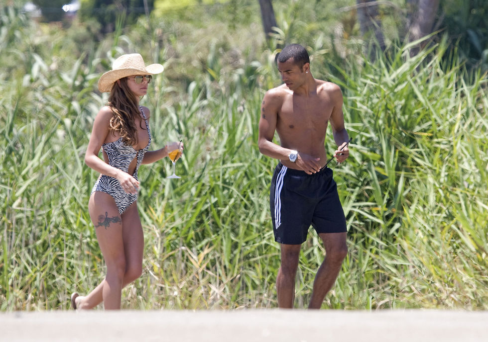 cheryl-cole-on-the-beach-in-costa-del-sol-01