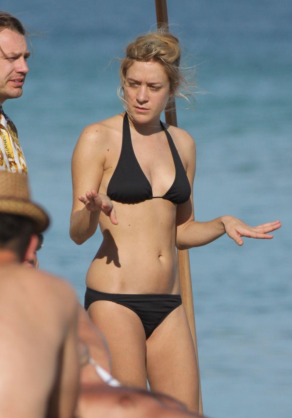 chloe-sevigny-bikini-candids-at-miami-beach-01