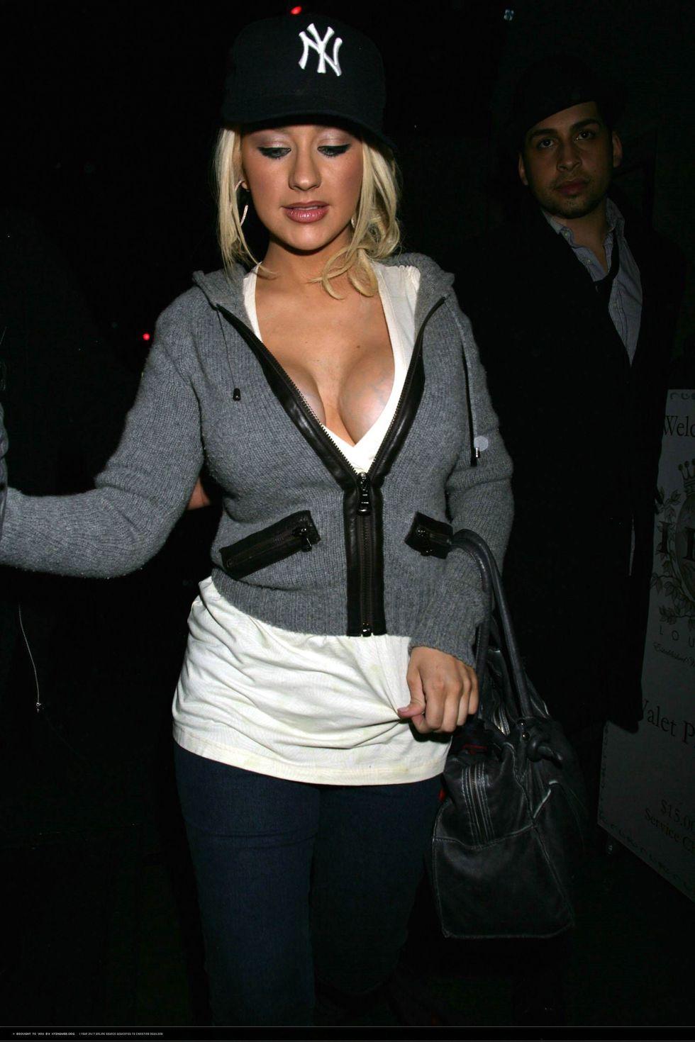 christina-aguilera-cleavage-candids-at-club-villa-01
