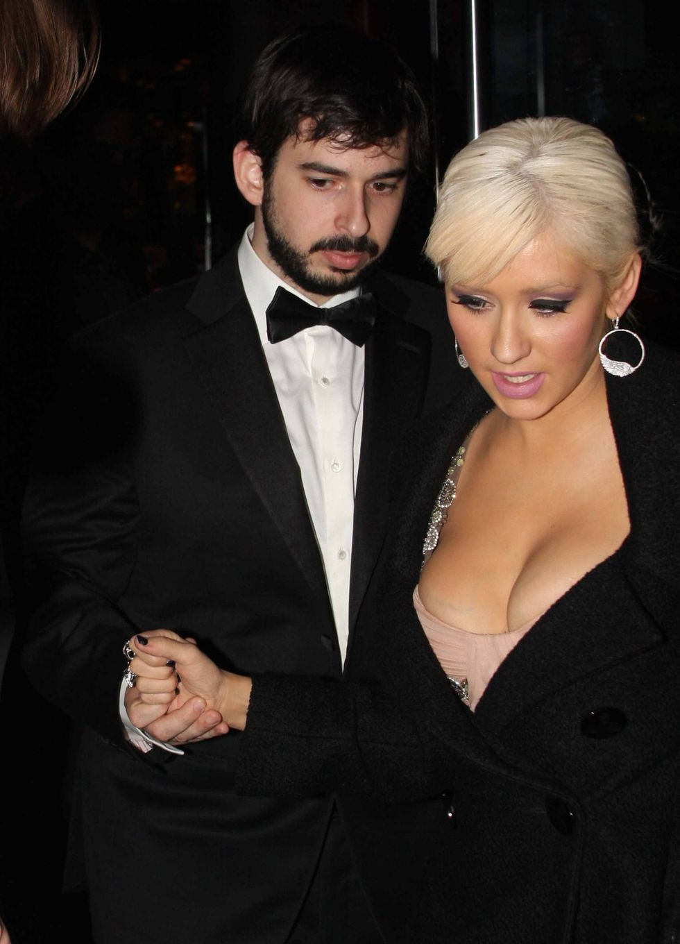 christina-aguilera-cleavage-candids-at-latelier-restaurant-in-london-01