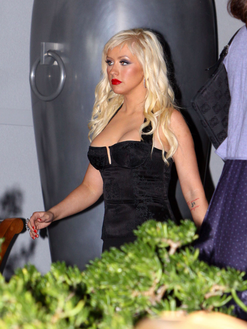 christina-aguilera-cleavage-candids-in-hollywood-01