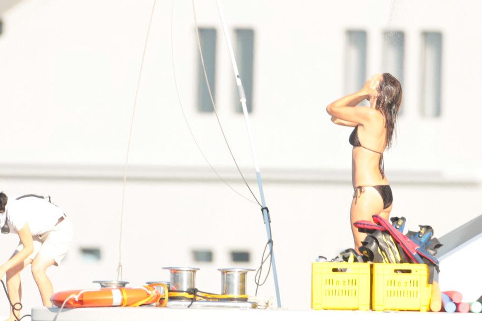 cindy-crawford-bikini-candids-in-st-tropez-01