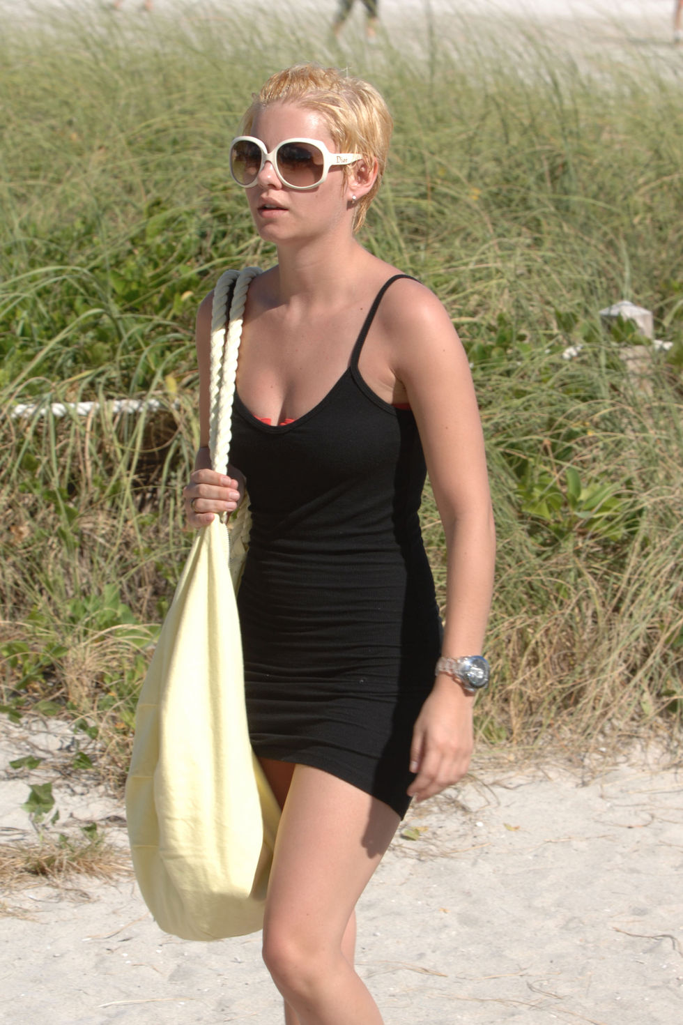 elisha-cuthbert-in-bikini-at-south-beach-in-miami-01