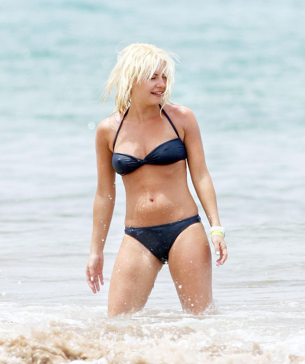 elisha-cuthbert-in-bikini-at-the-beach-i