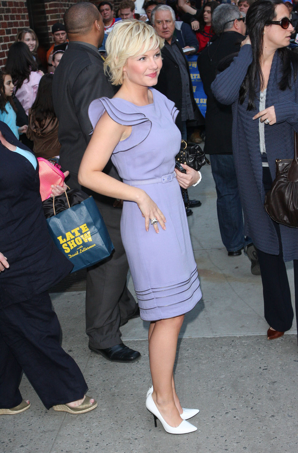 elisha-cuthbert-visits-the-late-show-with-david-letterman-in-new-york-01
