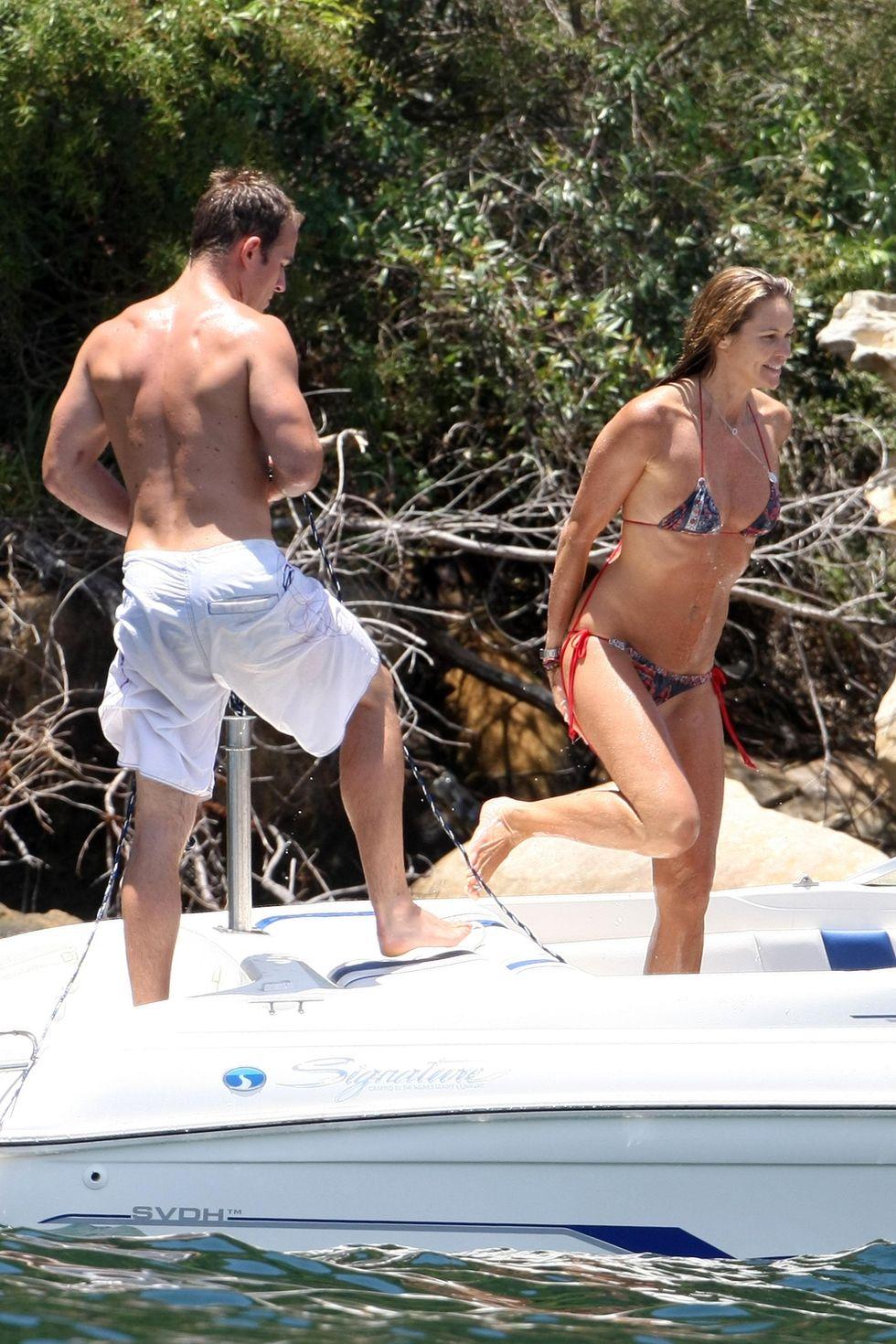 elle-macpherson-in-bikini-on-a-boat-in-sydney-01