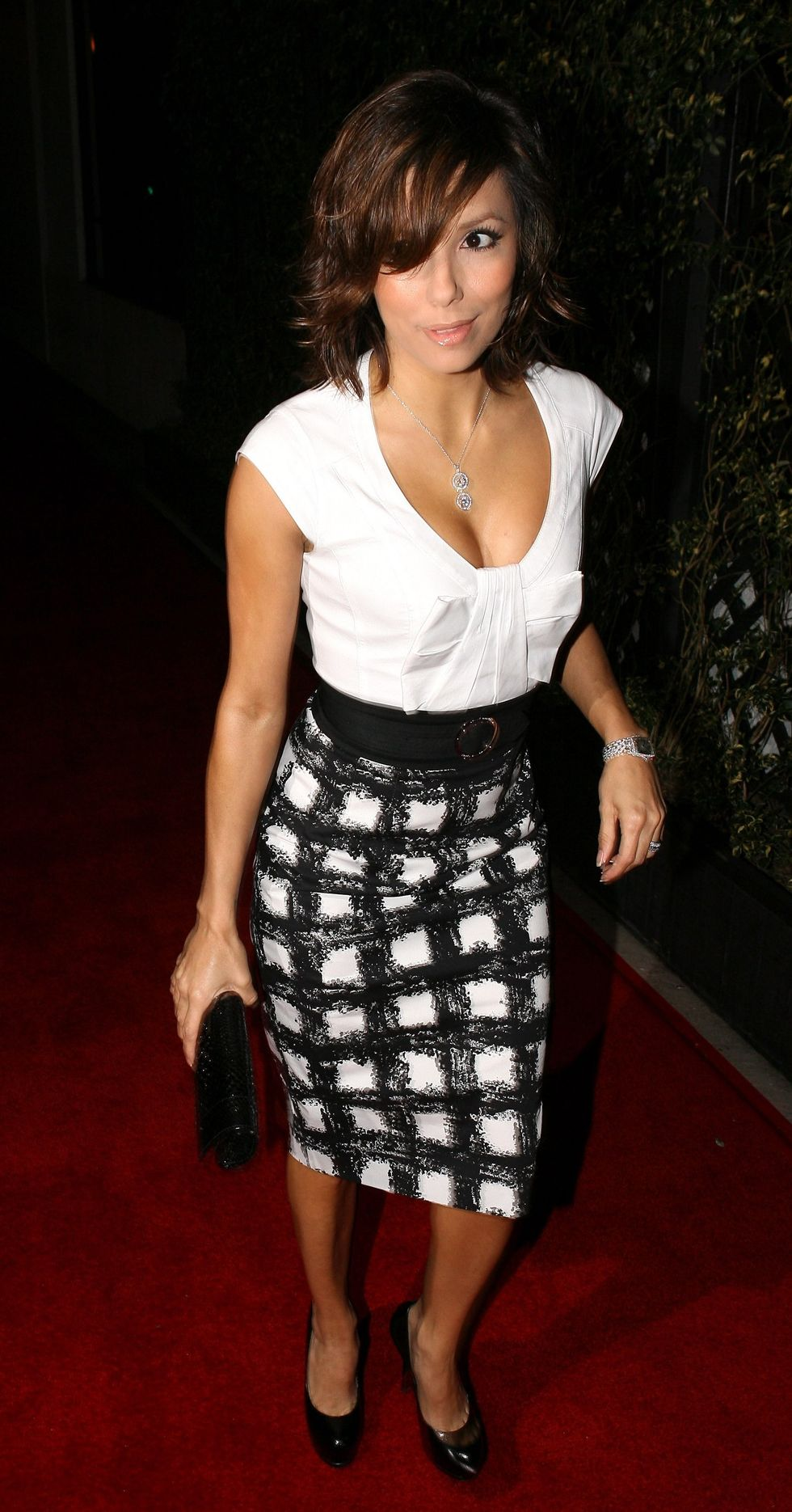 eva-longoria-cleavage-candids-at-beso-in-hollywood-2-01