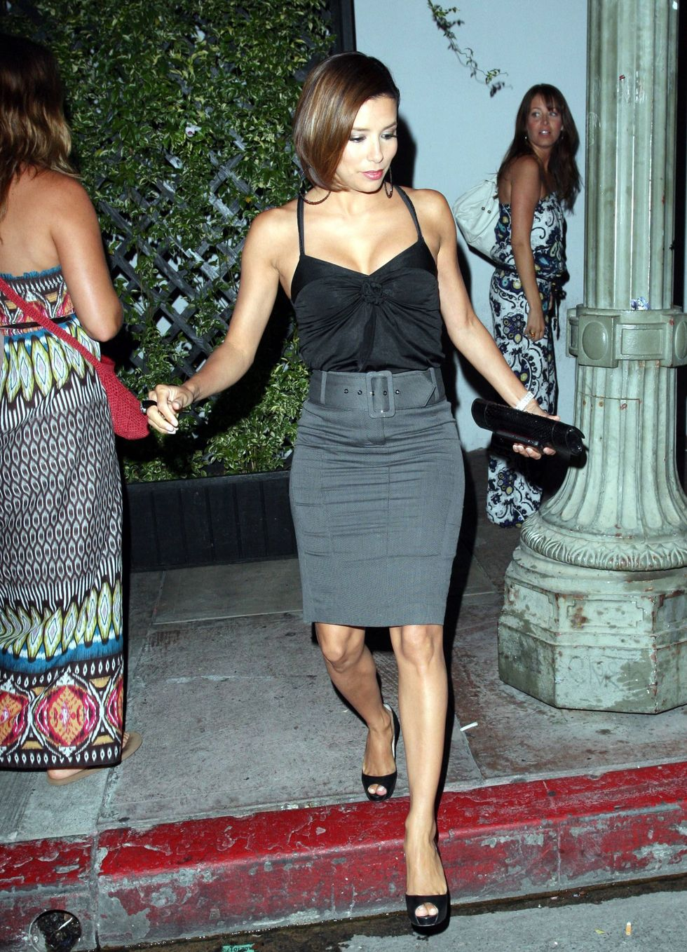 eva-longoria-cleavage-candids-at-restaurant-beso-in-hollywood-01
