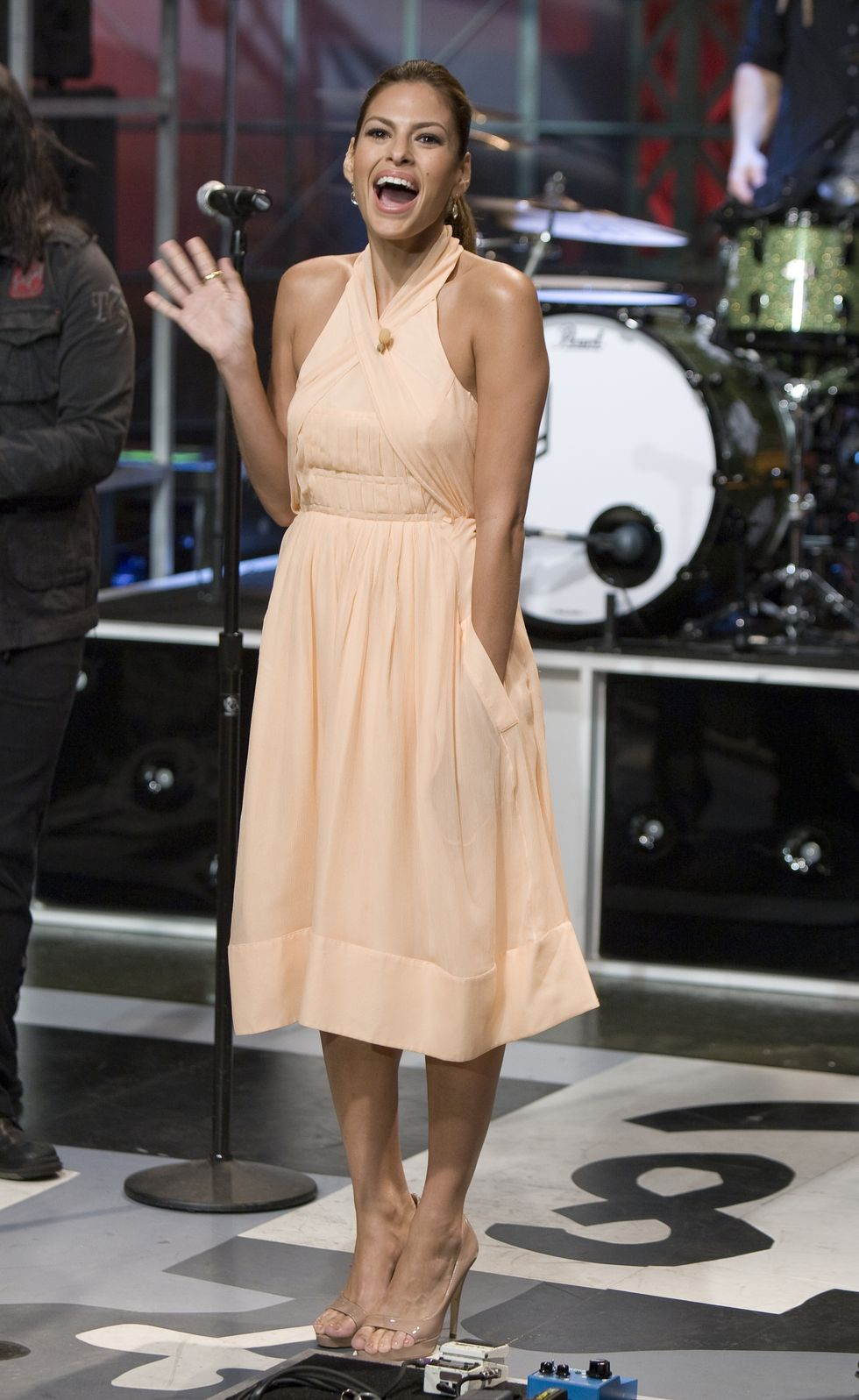 eva-mendes-at-the-tonight-show-with-jay-leno-in-los-angeles-10