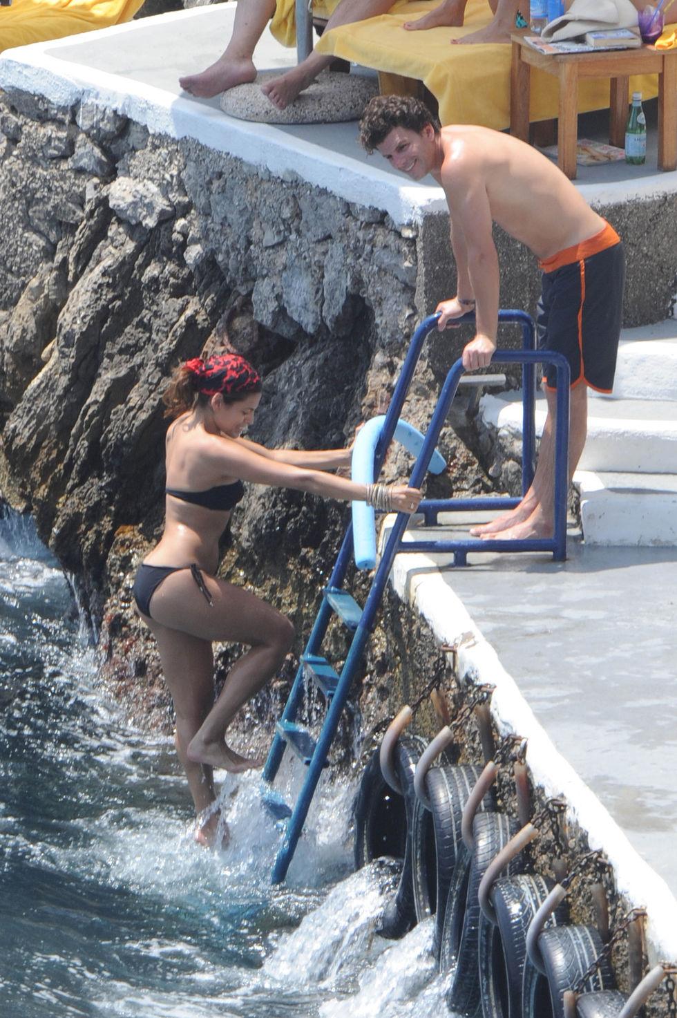 eva-mendes-bikini-candids-in-italy-01
