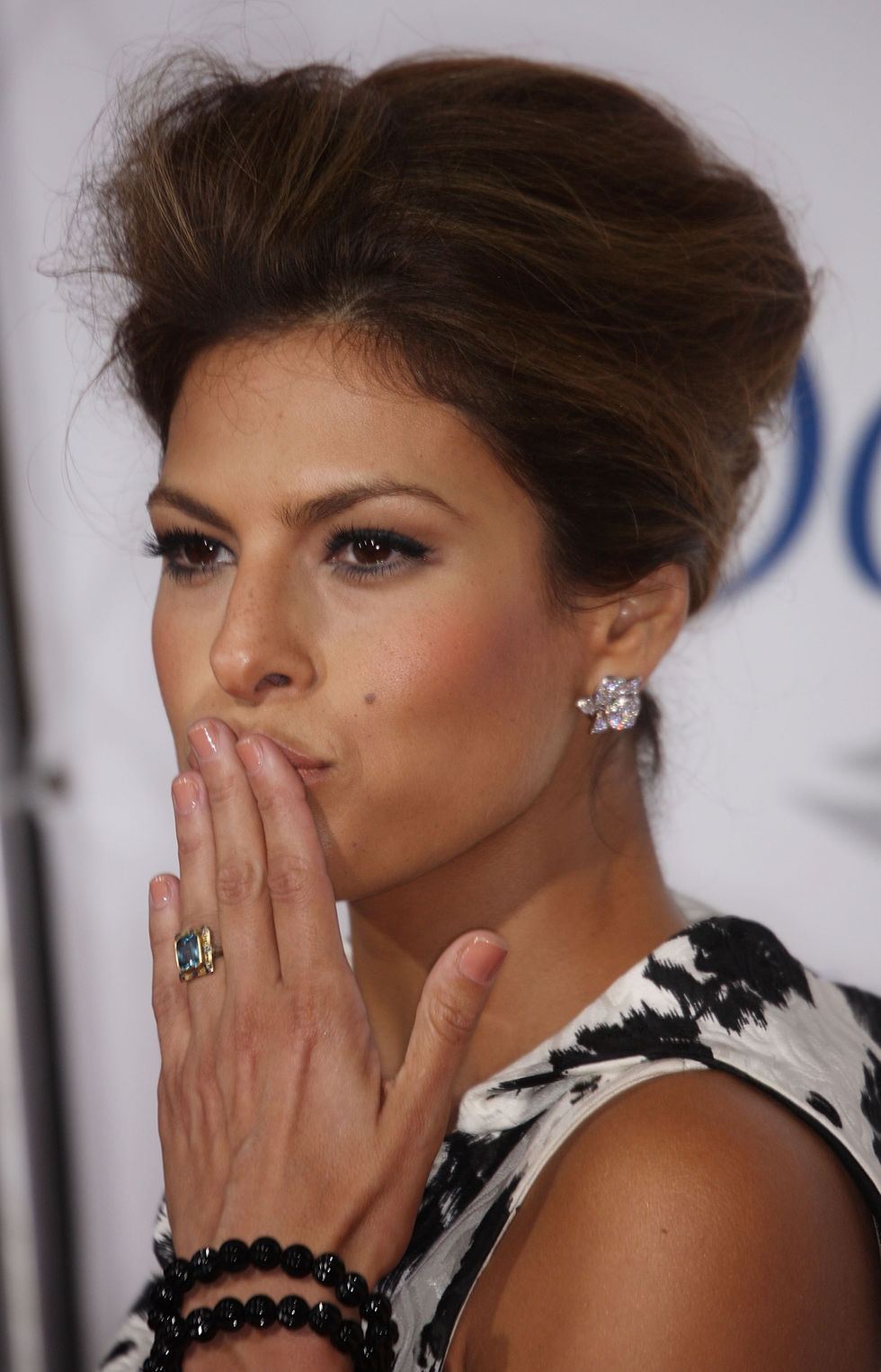 eva-mendes-the-women-premiere-in-westwood-01