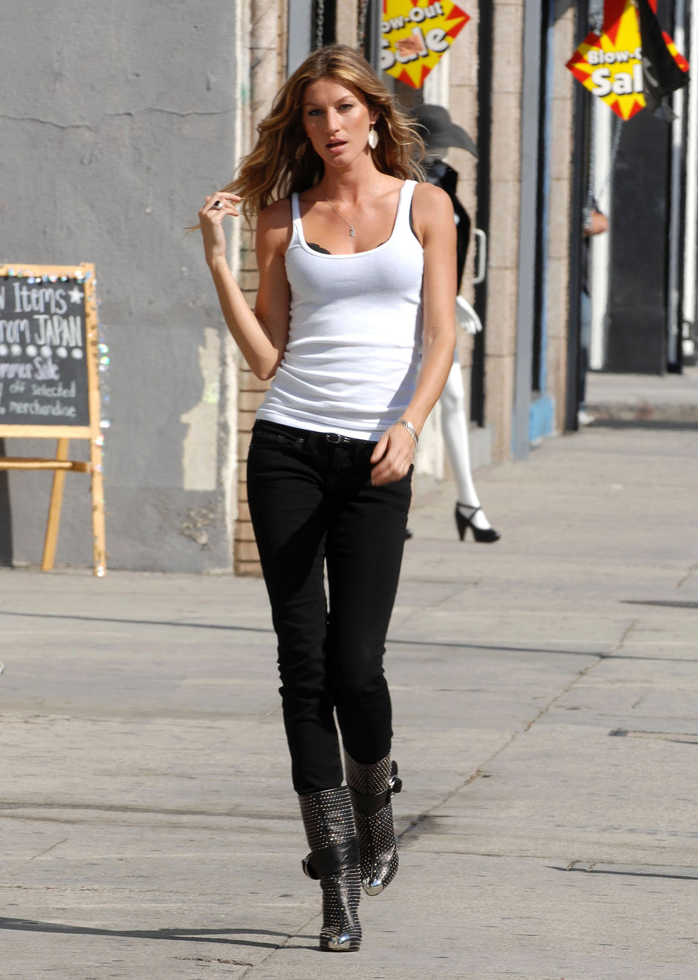 gisele-bundchen-at-the-set-of-blackcowboy-group-video-shoot-01