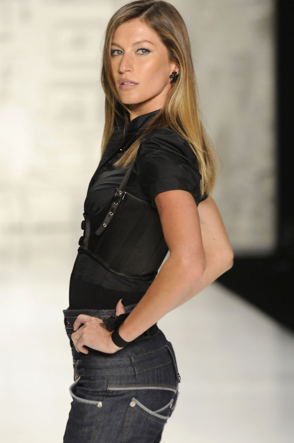 gisele-bundchen-colcci-winter-2009-show-at-sao-paulo-fashion-week-01