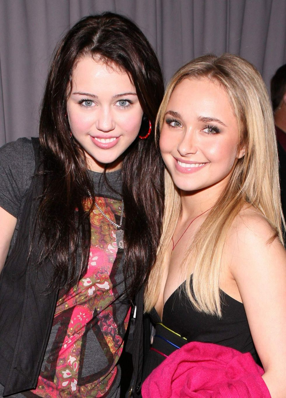 hayden-panettiere-and-miley-cyrus-backstage-candids-during-the-taping-of-randy-jackson-01