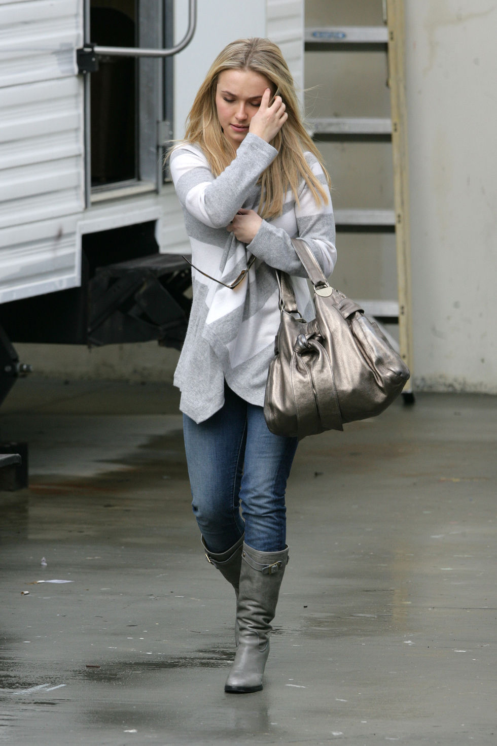 hayden-panettiere-cheerleader-outfit-candids-on-the-set-of-heroes-01