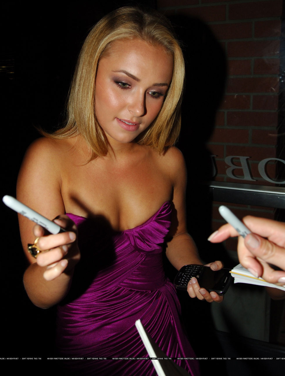 hayden-panettiere-cleavage-candids-at-comic-con-in-san-diego-01