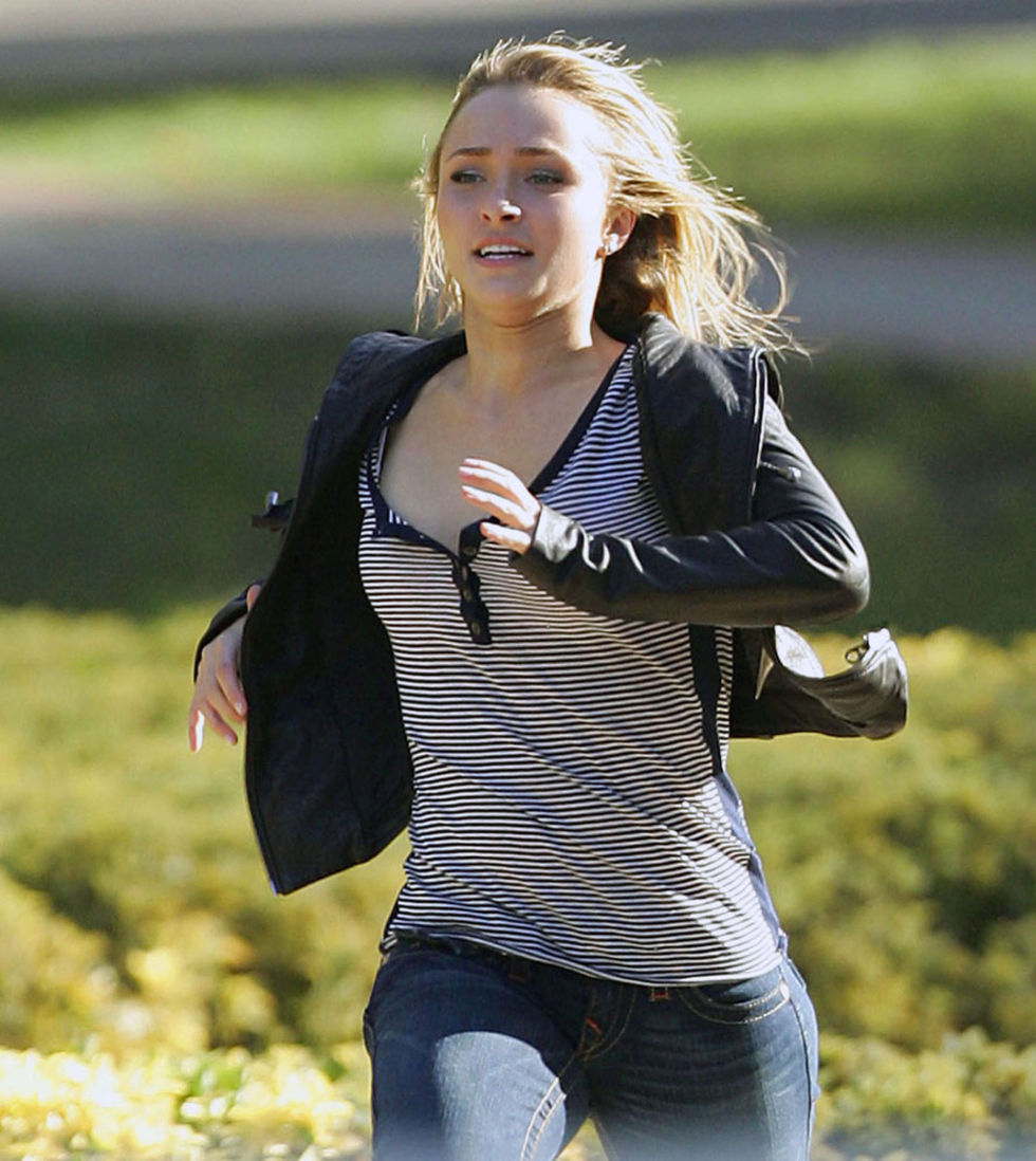 hayden-panettiere-cleavage-candids-on-heroes-set-01