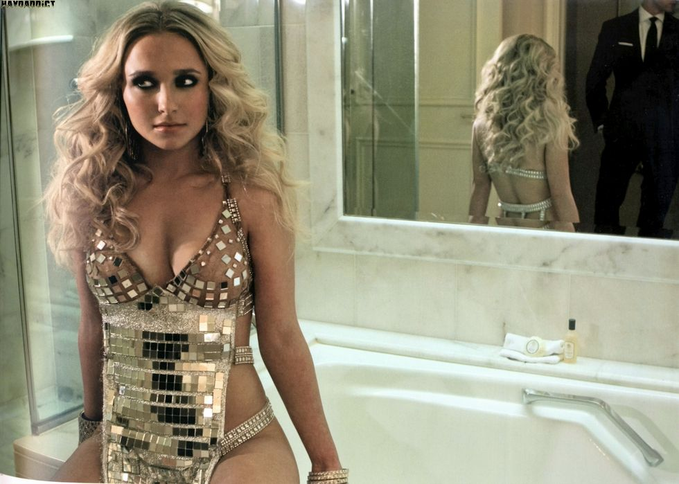 hayden-panettiere-in-room-23-book-01