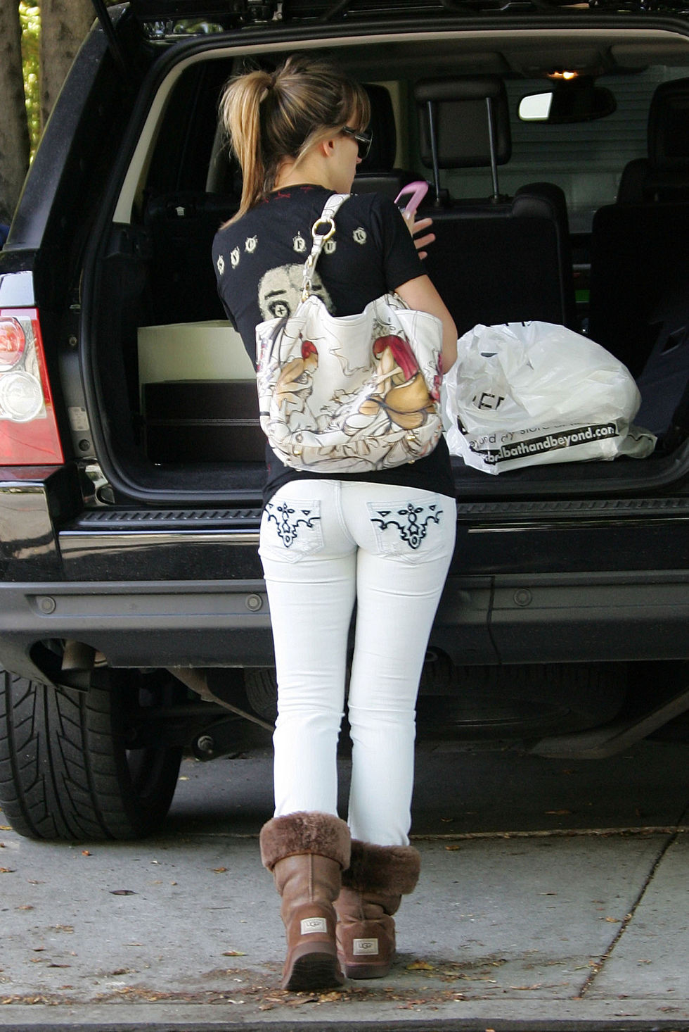 haylie-duff-tight-pants-candids-in-los-angeles-01