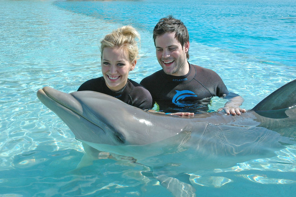 hilary-duff-candids-at-the-pool-in-bahamas-01