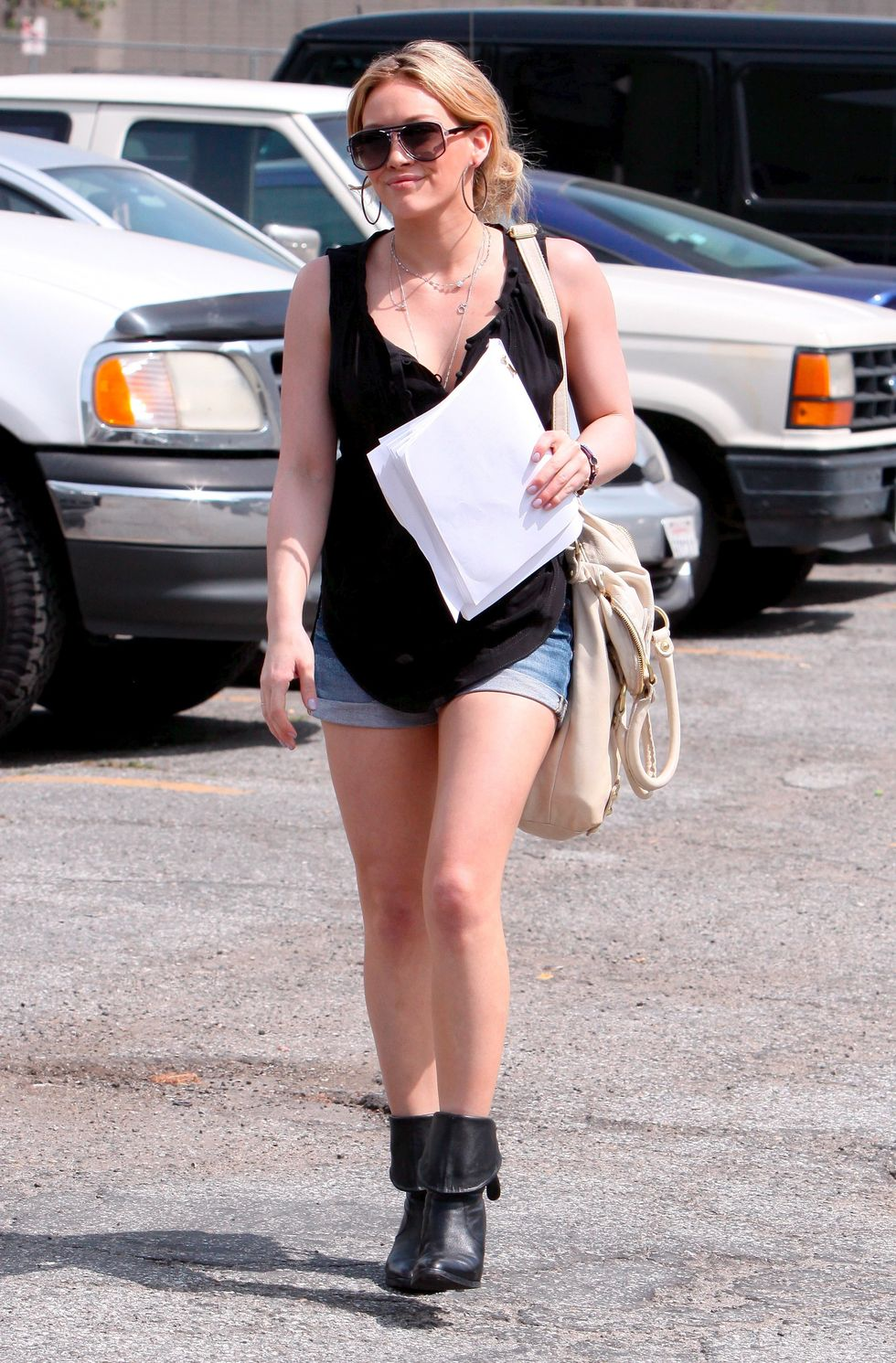 hilary-duff-leggy-candids-in-hollywood-01