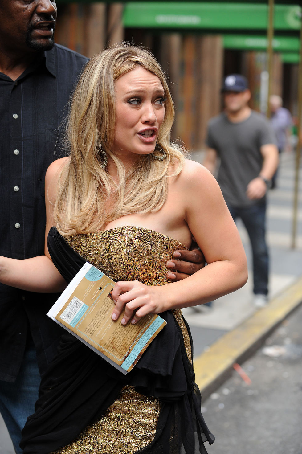 hilary-duff-on-gossip-girl-set-in-new-york-01