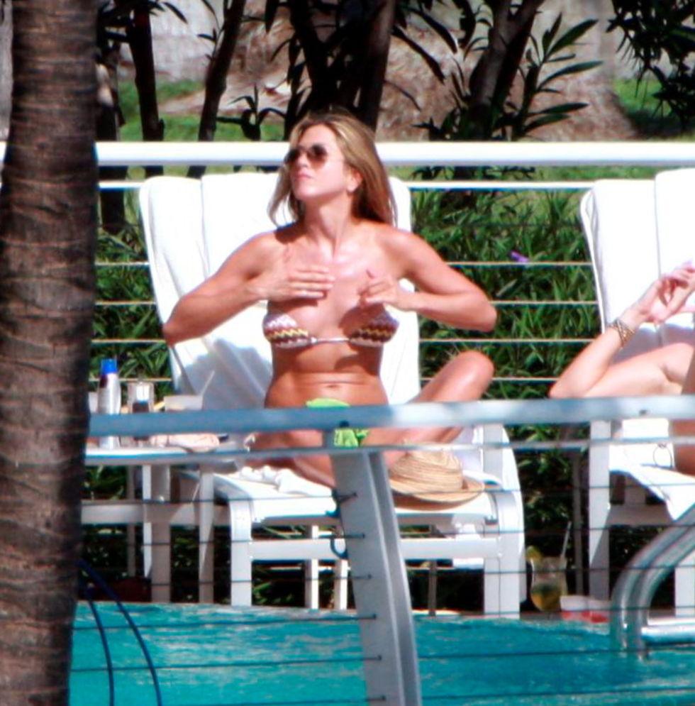 jennifer-aniston-bikini-candids-in-miami-beach-mq-01