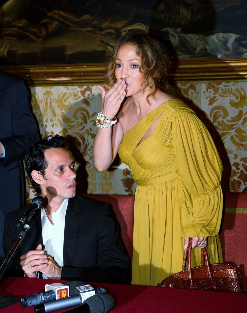 jennifer-lopez-marc-anthony-receives-honorary-award-from-milan-town-council-01