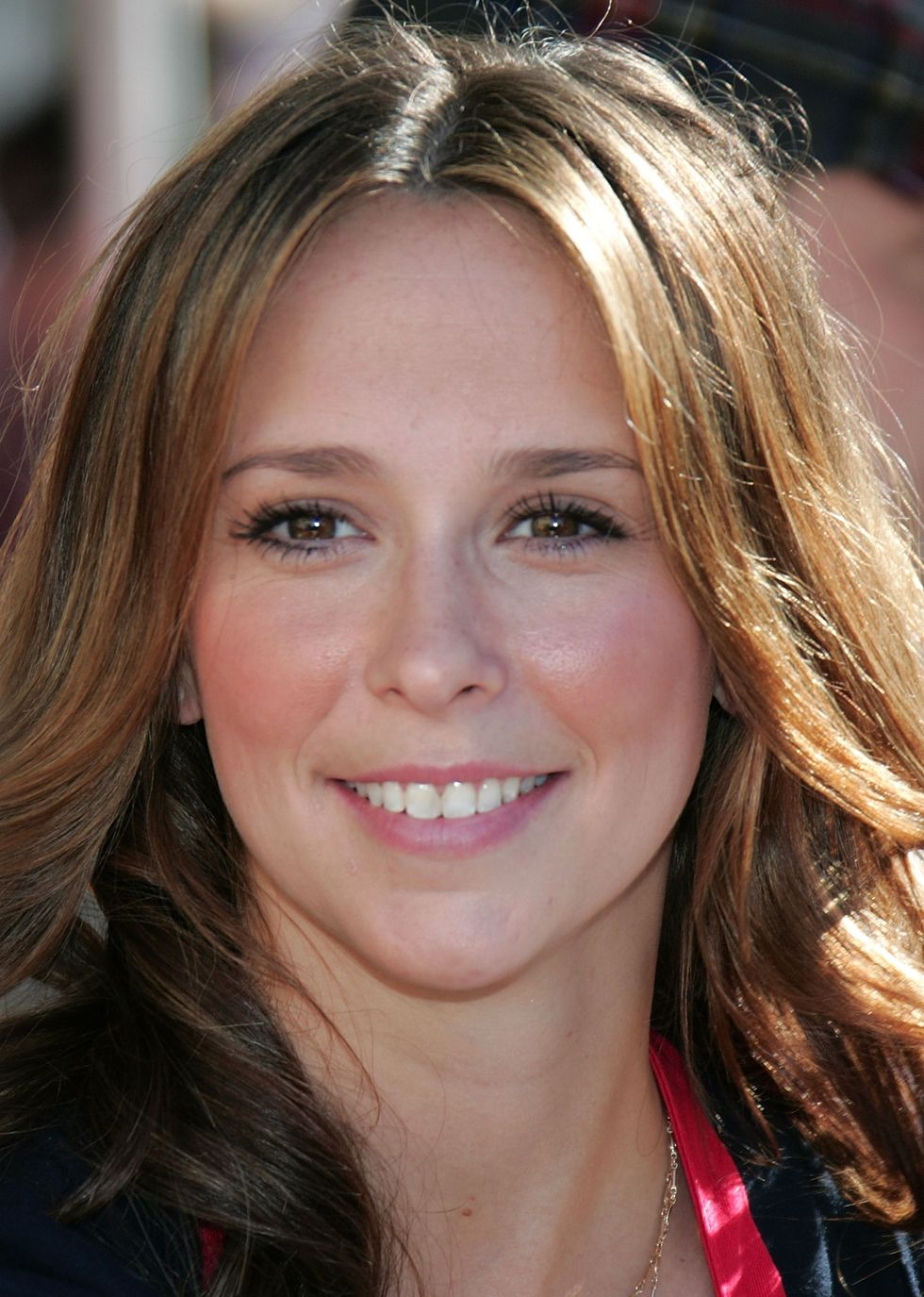 jennifer-love-hewitt-christmas-eve-at-the-los-angeles-mission-01