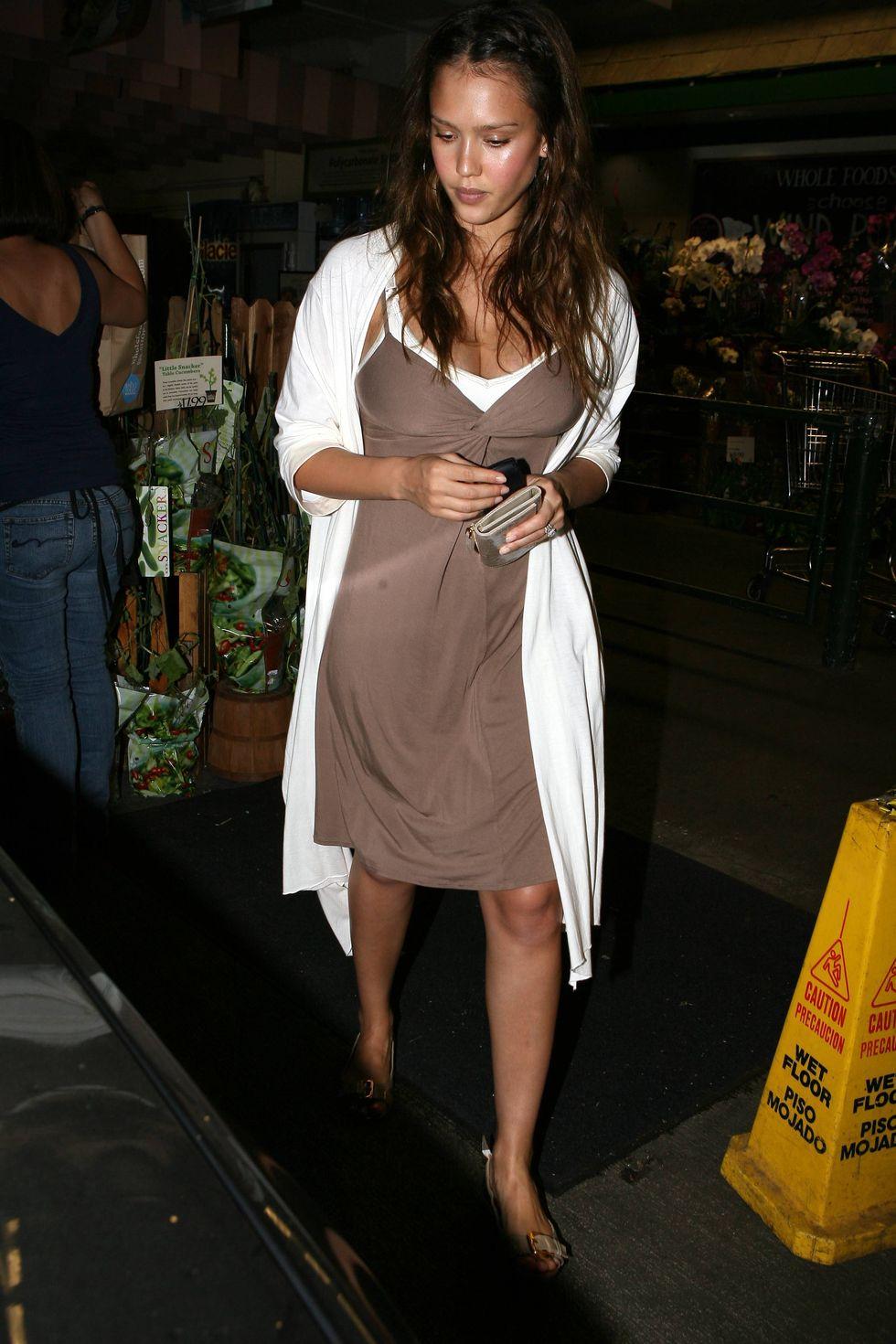 jessica-alba-cleavage-candids-in-beverly-hills-01