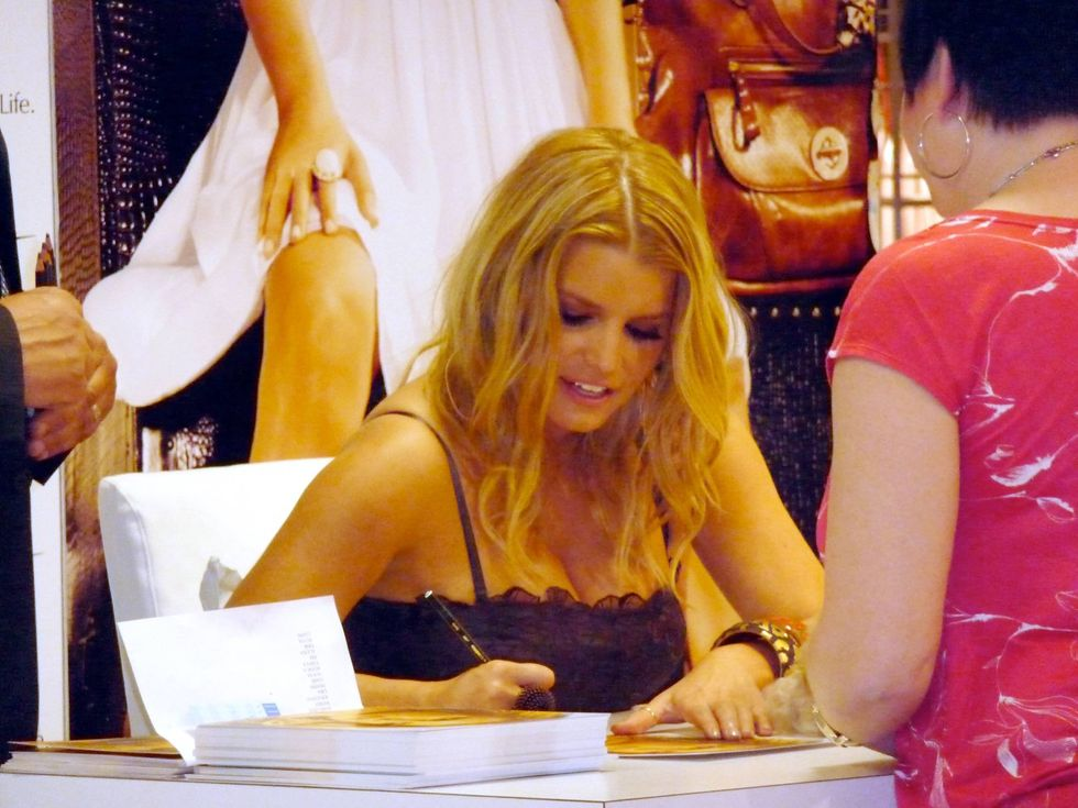jessica-simpson-at-a-dilliards-department-store-in-scottsdale-02