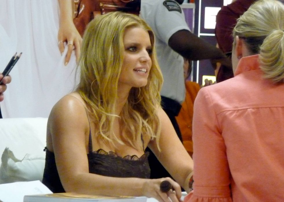 jessica-simpson-at-a-dilliards-department-store-in-scottsdale-09