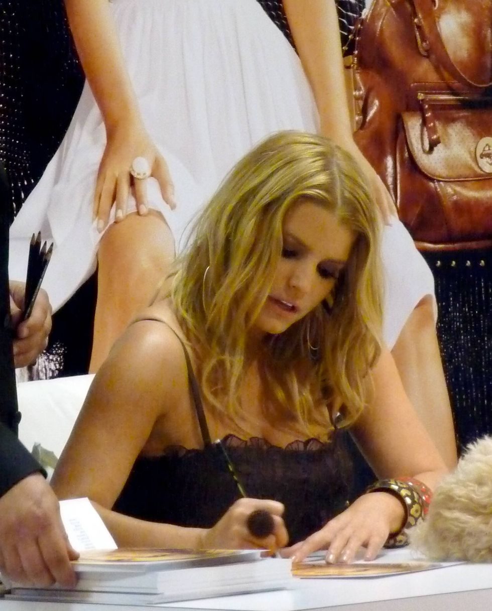 jessica-simpson-at-a-dilliards-department-store-in-scottsdale-11