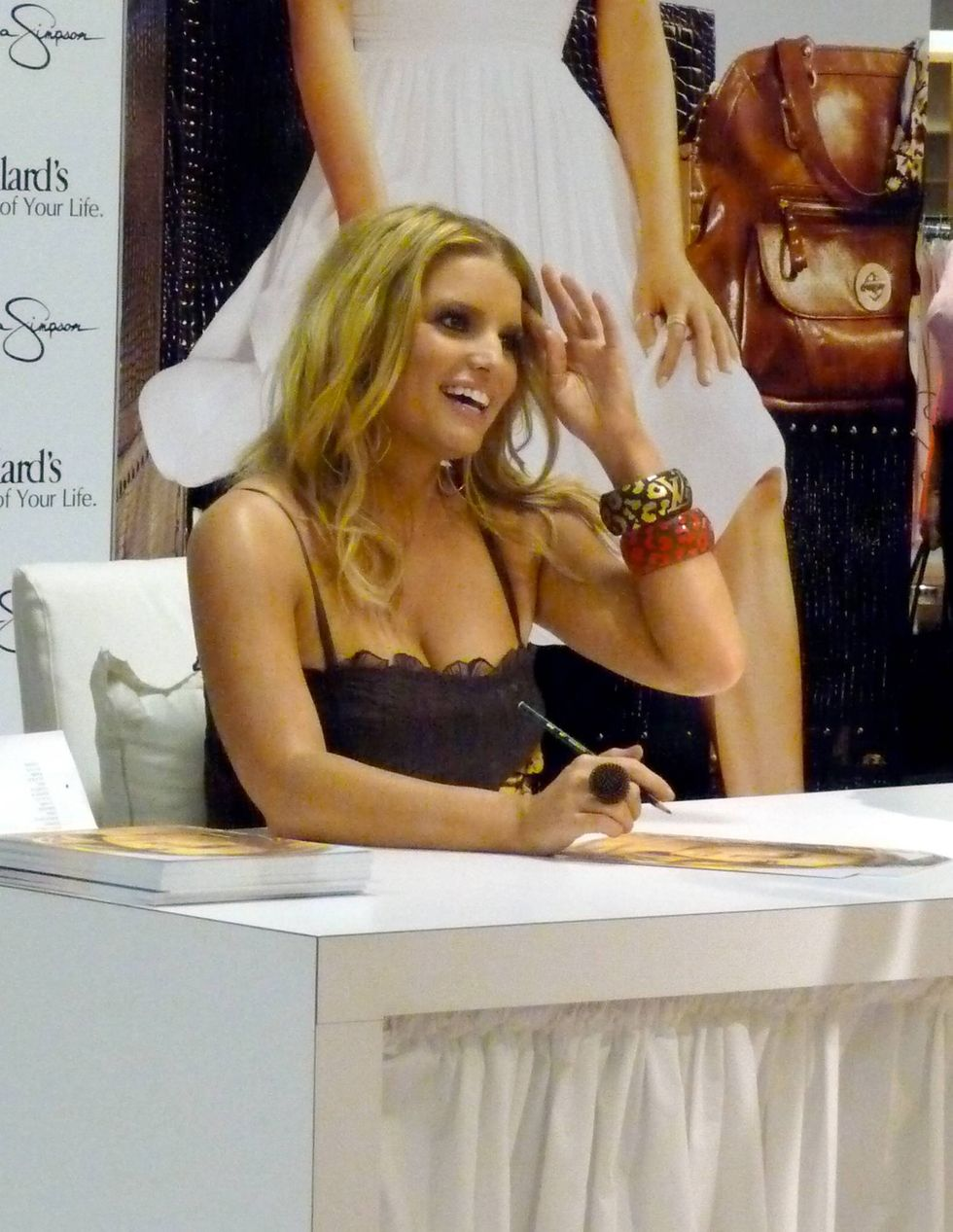 jessica-simpson-at-a-dilliards-department-store-in-scottsdale-13