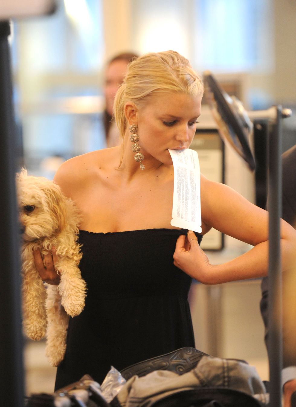 jessica-simpson-cleavage-candids-at-lax-03