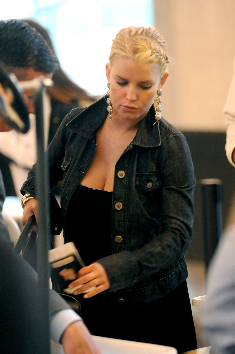 jessica-simpson-cleavage-candids-at-lax-04