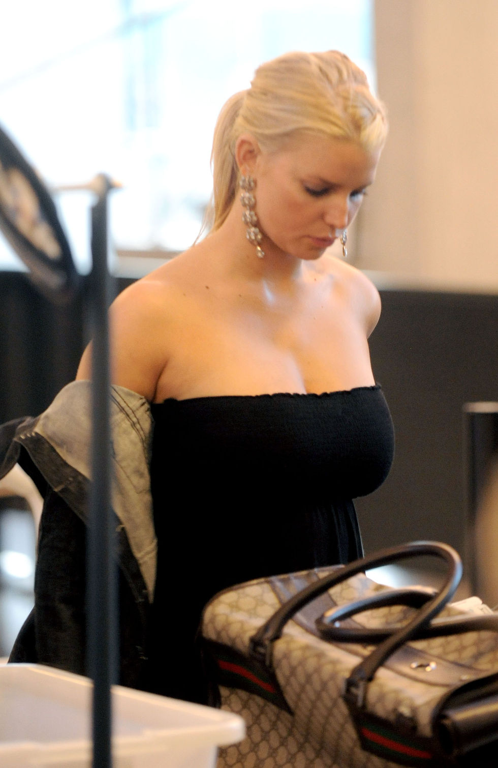 jessica-simpson-cleavage-candids-at-lax-06