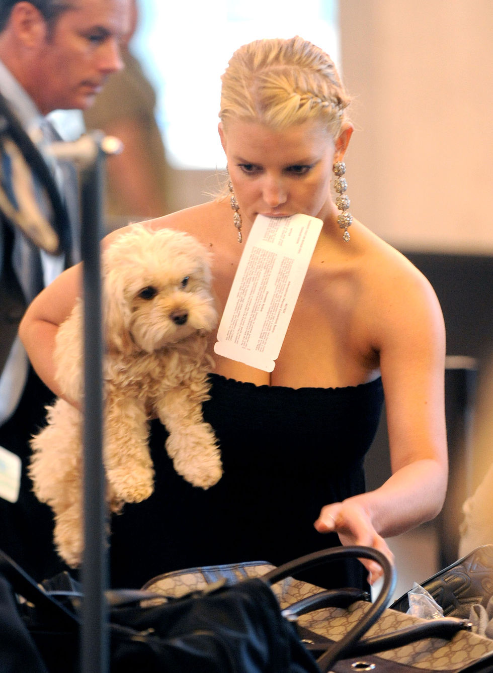 jessica-simpson-cleavage-candids-at-lax-08