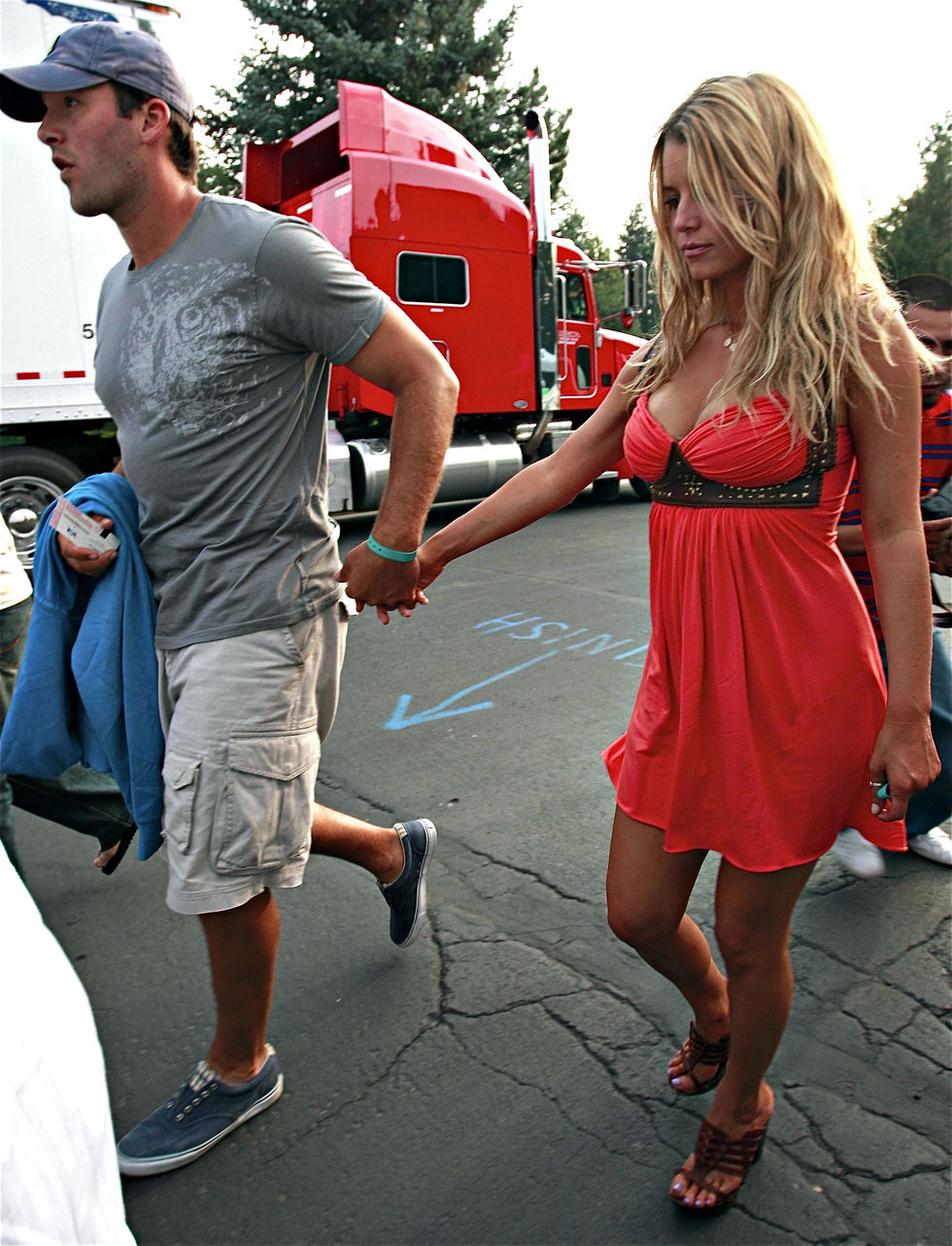 jessica-simpson-cleavage-candids-at-the-heart-concert-in-lake-tahoe-01