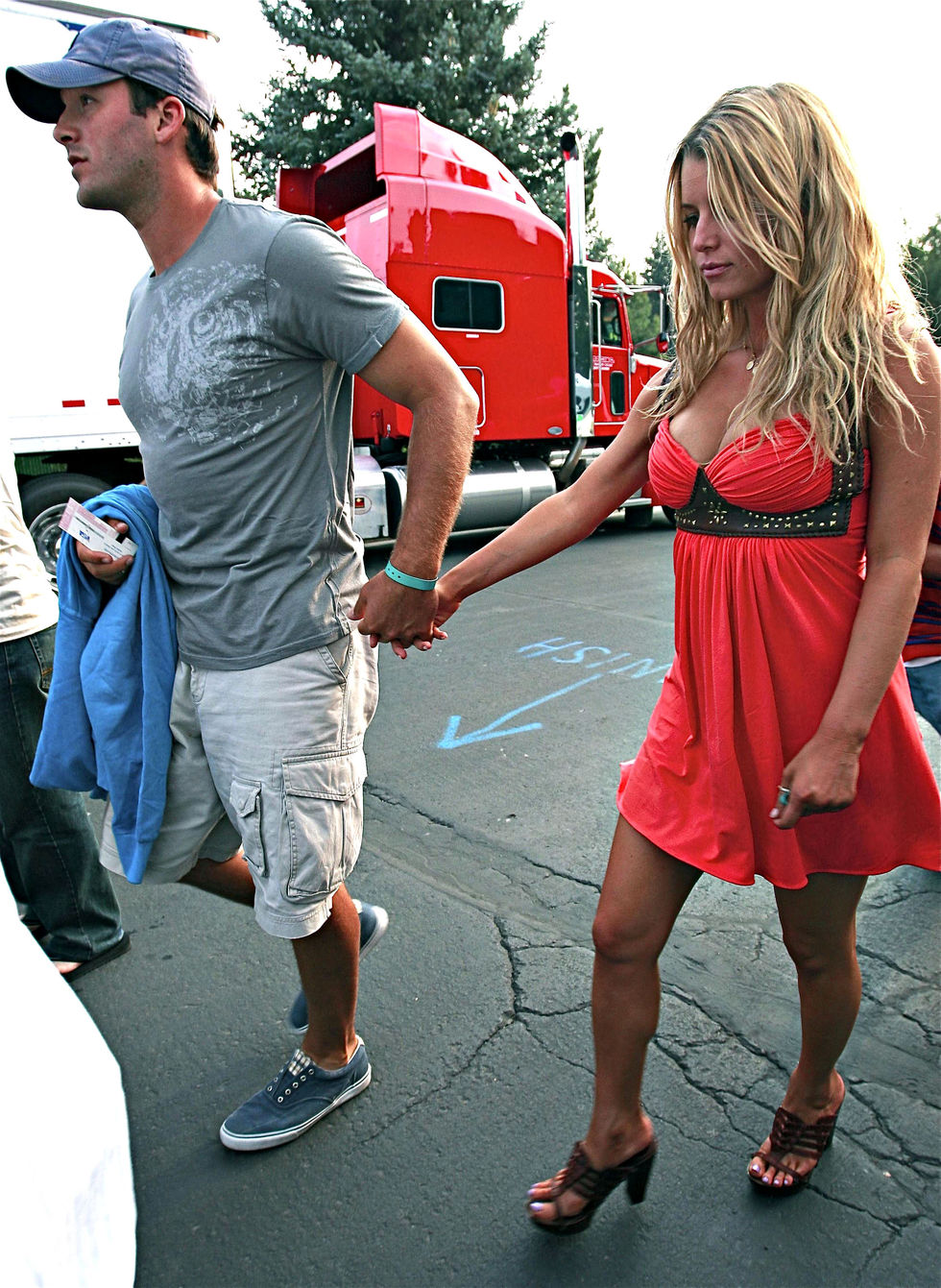 jessica-simpson-cleavage-candids-at-the-heart-concert-in-lake-tahoe-05