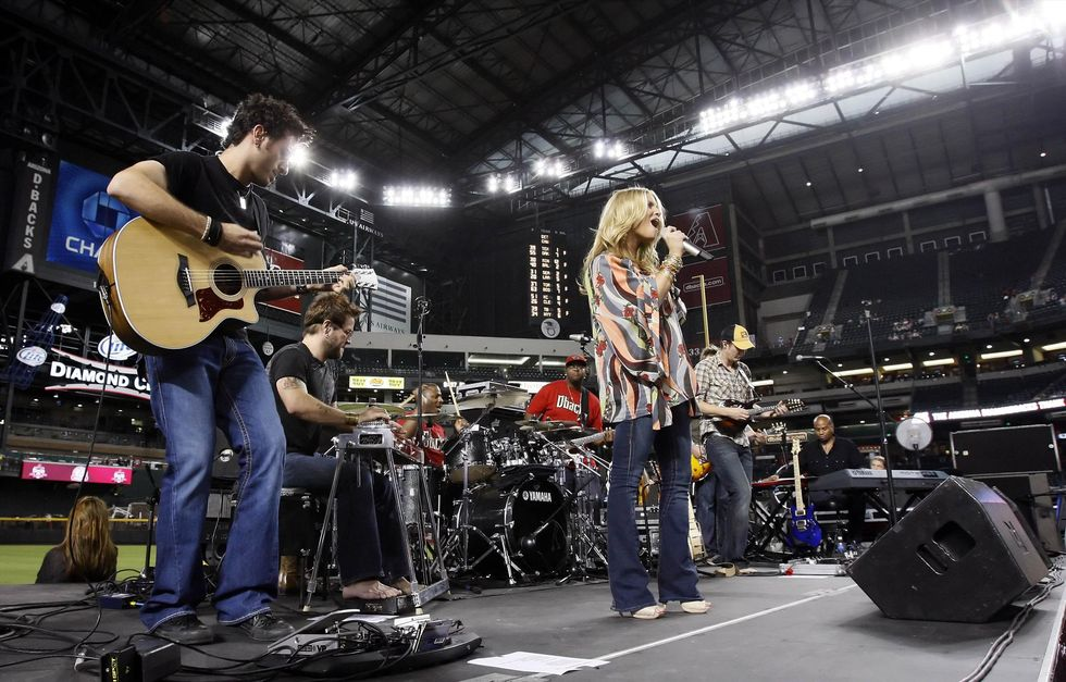 jessica-simpson-performing-at-chase-field-in-phonix-09