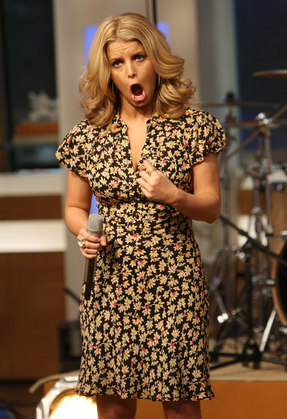 jessica-simpson-performs-at-cbs-the-early-show-in-new-york-city-04