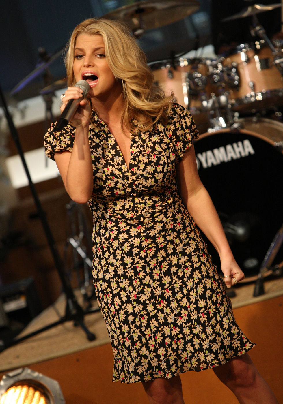 jessica-simpson-performs-at-cbs-the-early-show-in-new-york-city-06
