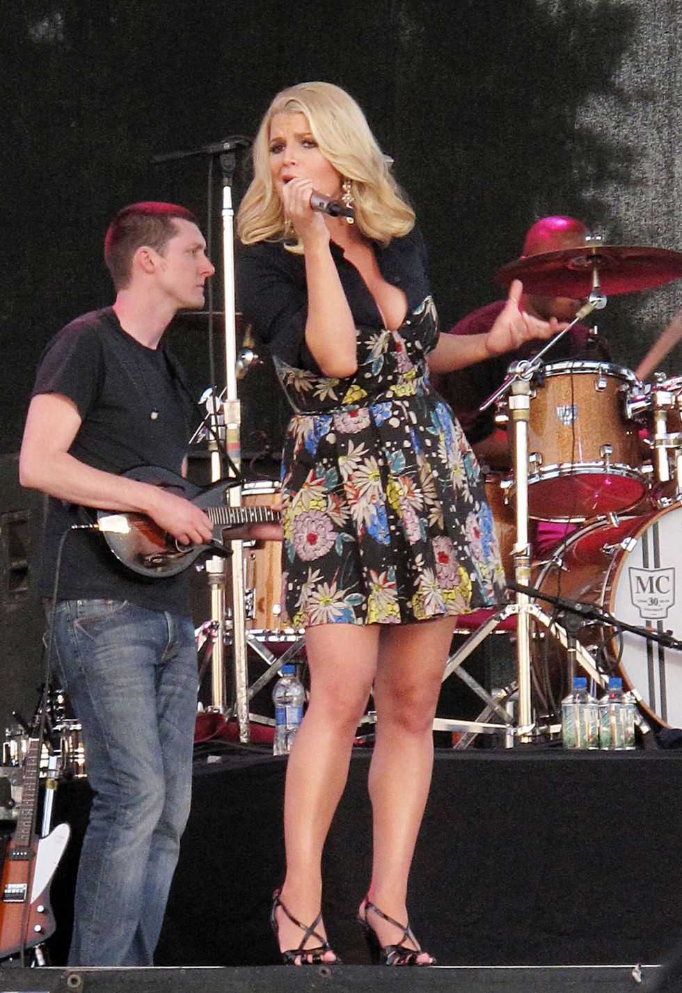 jessica-simpson-performs-live-at-the-dixon-may-fair-and-carnival-01