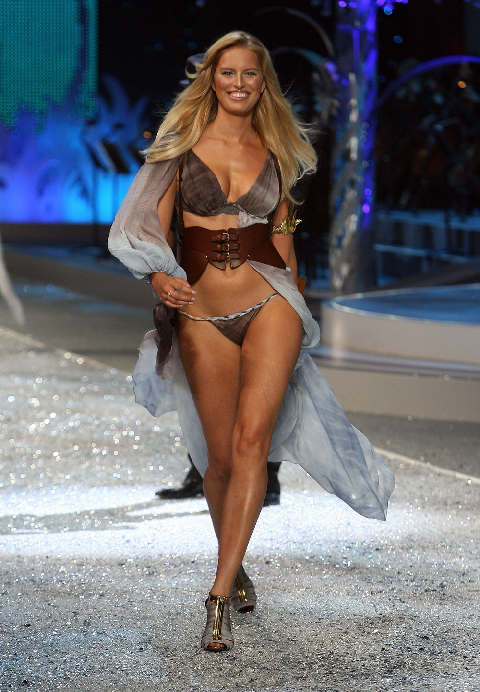 karolina-kurkova-2008-victorias-secret-fashion-show-01