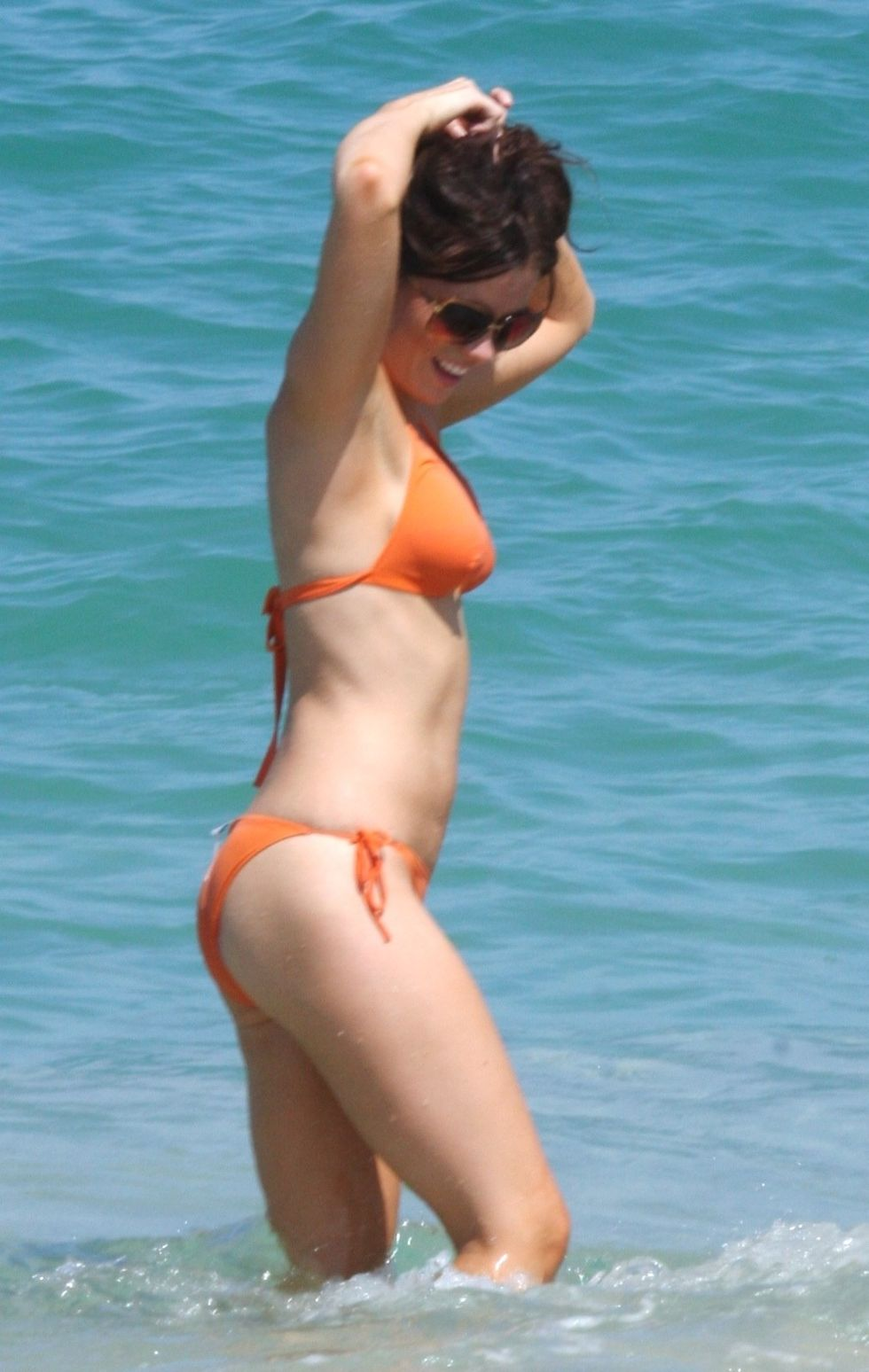 kate-beckinsale-bikini-candids-on-the-beach-in-mexico-01