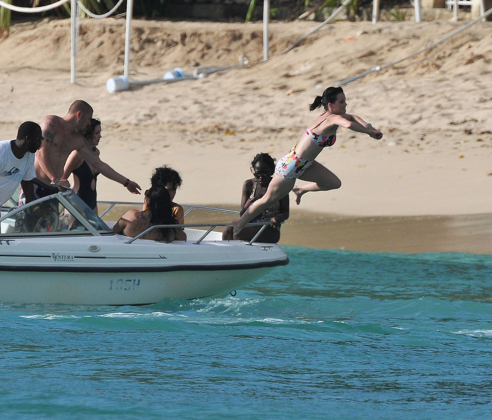 katy-perry-bikini-candids-at-the-beach-in-barbados-01