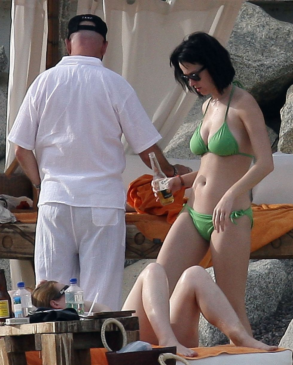 katy-perry-bikini-candids-at-the-beach-in-mexico-05