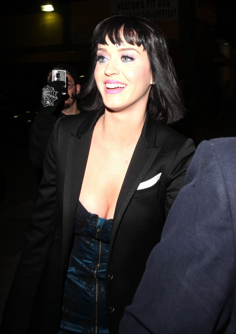 katy-perry-cleavage-candids-at-bar-deluxe-nightclub-in-los-angeles-01